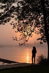 la silhouette d'une femme debout au filet