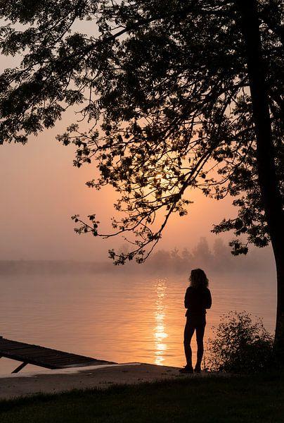 la silhouette d'une femme debout au filet sur ChrisWillemsen