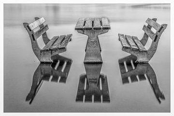 Picknick met natte voeten. Reflecties. Wet picknick van Han Kedde