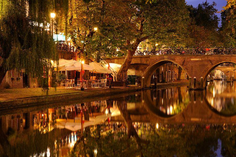 Oudegracht in Utrecht met Hamburgerbrug van Donker Utrecht