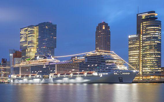 Het Cruiseschip MSC Grandiosa aan de Cruise Terminal in Rotterdam
