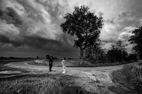 surrealistische zwart-wit-foto op een landweg
