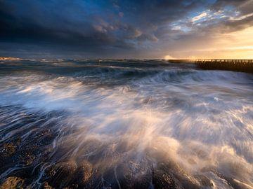Ruige zee tijdens zonsondergang