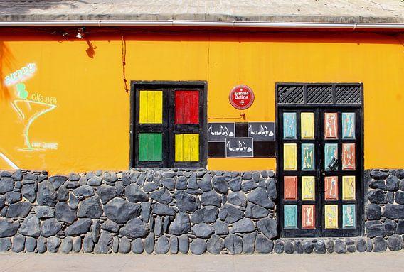 Kleurrijke Afrikaanse club bar in Sal, Kaapverdië