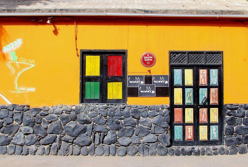 Kleurrijke Afrikaanse club bar in Sal, Kaapverdië van Inge Hogenbijl