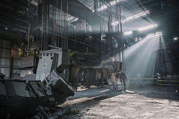 Zonnenstralen in een verlaten staalfabriek