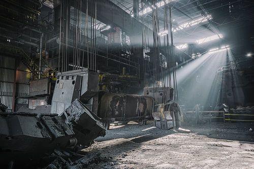 Des rayons de soleil dans une usine sidérurgique abandonnée