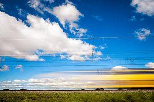 voorbijrazende trein in Hollands decor van Regina kappert
