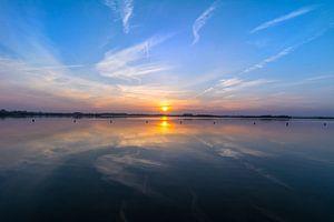Uitzicht strand met zonsondergang - Weerspiegeling
