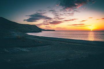 Fuerteventura, Sonnenaufgang an einem Steinstrand mit Blick über die Bucht auf das Meer von Fotos by Jan Wehnert
