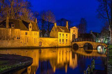 Brügge, Brücke zum Beginenhof in blauer Stunde von Maarten Hoek
