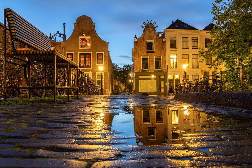 Avondsfeer in Utrecht spiegeling in de Vollersbrug van André Russcher