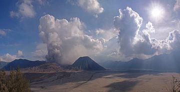 Uitbarsting van de Bromo vulkaan in het Tengger Semeru National Park. Kijkhoek 150 °. von Wunigards Photography