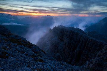 Berglandschaft Dolomiten mit Nebel bei Sonnenuntergang von Frank Peters