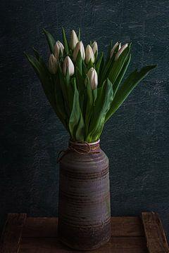 Weiße Tulpen in Vase von Maaike Zaal