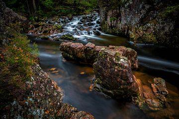 Stromend water langs rotsen in Schotland von Steven Dijkshoorn