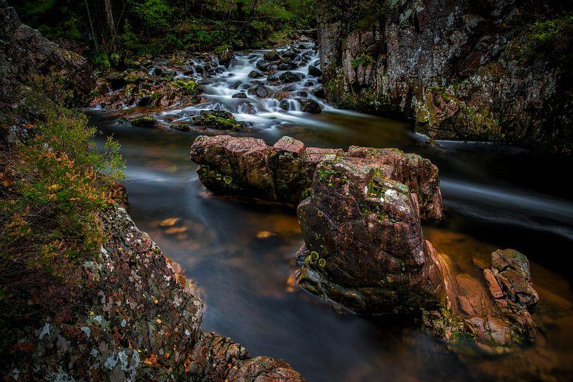 Stromend water langs rotsen in Schotland van Steven Dijkshoorn