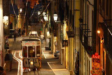 Elevador da Bica in der Abenddämmerung im Bairro Alto, Lissabon, Portugal