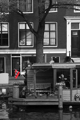 Woonboot met de Amsterdamse vlag in de Jordaan in Amsterdam