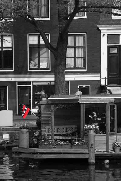 Woonboot met de Amsterdamse vlag in de Jordaan in Amsterdam van Pascal Lemlijn