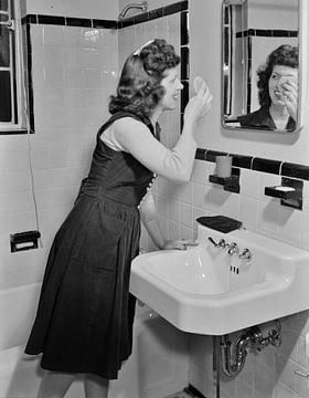 Stenographin pudert sich die Nase; Dezember 1941