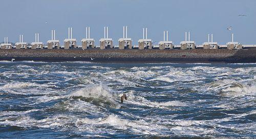 Oosterscheldekering in de golven van Guido Akster