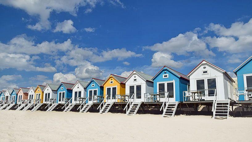 Les chalets de plage sur le stand de Flessingue en Zélande sur Zeeland op Foto