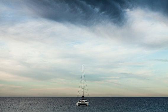 Catamaran op zee