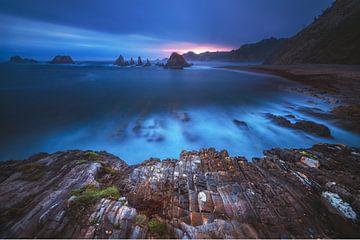 Asturien Sonnenaufgang am Strand von Gueirua von Jean Claude Castor