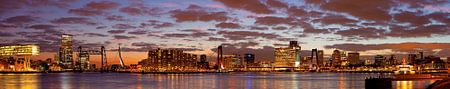 Mooie wolken lucht boven Rotterdam panorama