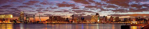 Schöner bewölkter Himmel über Rotterdam Panorama von