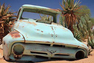Oud verroest en verlaten oldtimer autowrak in het zand karakteristiek vintage van Bobsphotography
