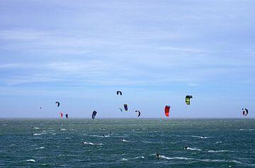 Windsurfers op de Noordzee bij de Brouwersdam in Zeeland van Rob van Hilten