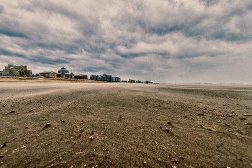 Scheveningen strand met het Kurhaus erop in vintage van Brian Morgan