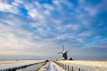 Molen in de winter onder mooie wolken in Nederland van iPics Photography