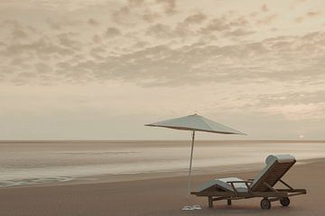één strandstoel met parasol op het strand van Besa Art