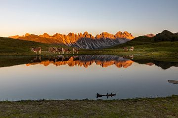 Zonsondergang aan het bergmeer van Sandra Schönherr