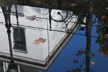 Spiegeling in de Oude Gracht van Utrecht 3 van Marijke van Eijkeren