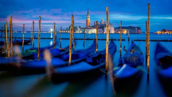 Gondels in Venetië van Teun Ruijters