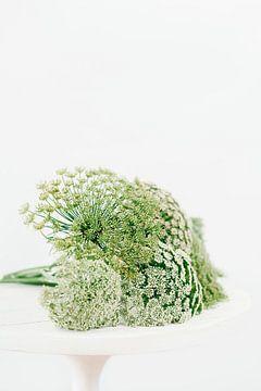 Natürliches Blumenstillleben in Grün und Weiß von What I C