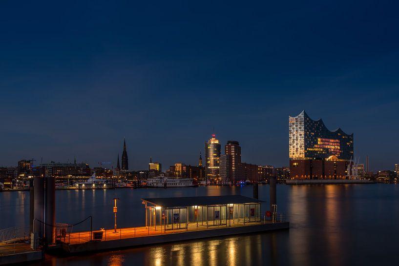 De moderne concertzaal van Hamburg, verlicht door de laatste zonnestralen, weerspiegelt een stralend van Annette Hanl