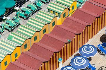 kleurrijke badhuisjes en parasols  op het strand van het Italiaanse Sorrento