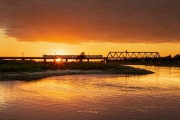 Pont ferroviaire de l'IJssel avec train près de Deventer à l'heure dorée sur Karla Leeftink