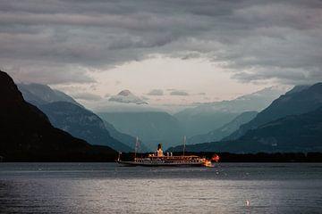 Boot vaart over Zwitsers meer in de Alpen van Jessie Jansen