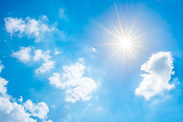 Wunderschöner blauer Himmel mit strahlender Sonne von Günter Albers