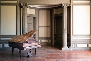 Verlassenes Klavier im Saal Beige.