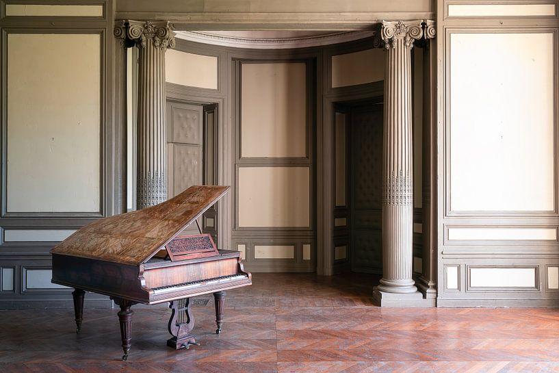 Verlassenes Klavier im Saal Beige. von Roman Robroek