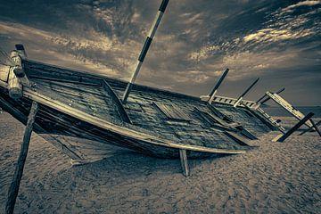 Altes arabisches Holzboot (Dhow) gestrandet am Strand schwarz-weiß Nahaufnahme Bild von Mohamed Abdelrazek