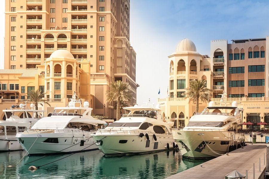 Yachten im Hafen der Pearl, Doha, Katar van Jan Schuler