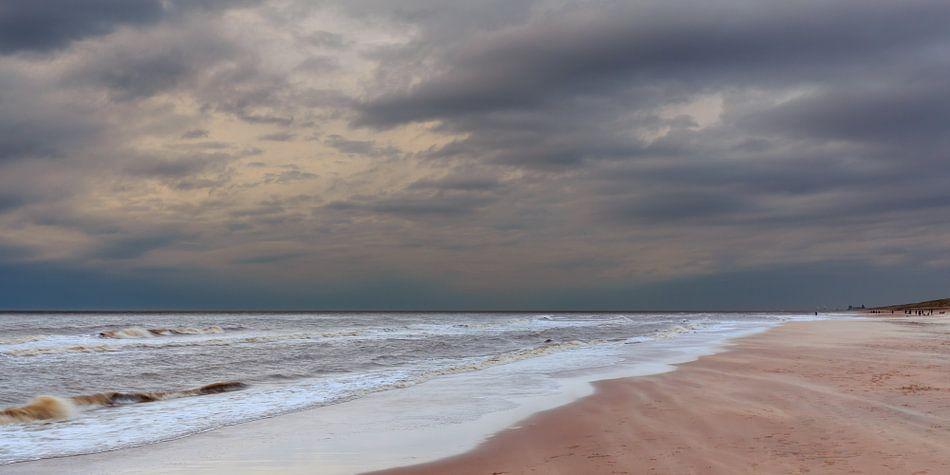 Panorama donkere wolken over het strand